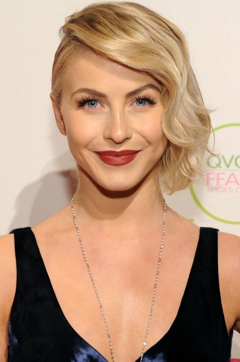 Julianne Hough lekko podtapirowała włosy na czubku glowy /Getty Images/Flash Press Media