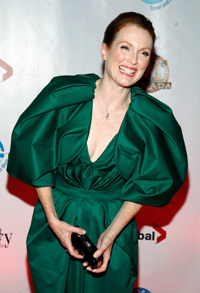Julianne Moore (55) wybrała kreację od YSL, wyróżniającą się kolorem i formą. Skromne sandały, eyeliner na powiece, drobna srebrna biżuteria to dla niej najlepsza oprawa /Getty Images