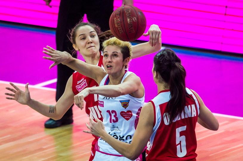 Julie McBride (w środku) walczy o piłkę z koszykarkami Wisły Can-Pack w finale Tauron Basket Ligi /PAP
