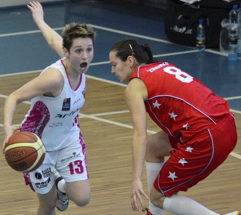 Julie McBride z Artego obok Justyny Żurowskiej z Wisły Can-Pack Kraków /Tytus Żmijewski /PAP