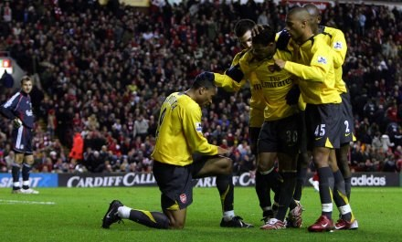 Julio Baptista dziękuje Jeremiemu Aliadiere za wspaniałe podanie. Liverpool-Arsenal 3:6! /AFP