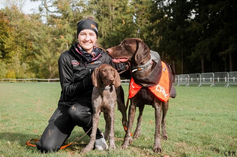 Julita Łubianka ze swoimi psami /Camille Paris  /