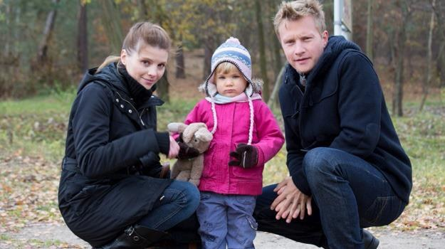 Julka i Igor zostali sami. Dla córki mężczyzna postanowi zrezygnować ze swojej kariery /Agencja W. Impact