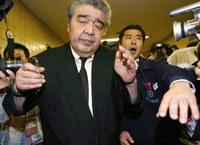Junichhi Yamamoto otoczony przez dziennikarzy. Tokio, październik 2007 /AFP