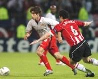 Juninho Pernambucao mija Marka Van Bommela. Lyon-PSV 1:1 /INTERIA.PL