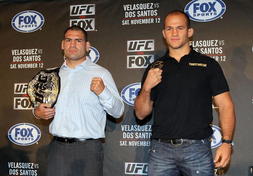 Junior dos Santos (z prawej) chce trzeciej walki z Cainem Velasquezem /AFP