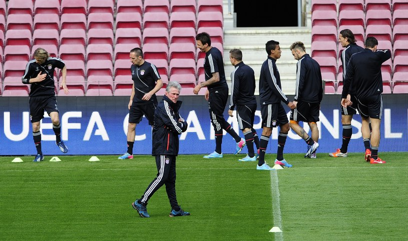 Jupp Heynckes ze swoimi piłkarzami podczas treningu na Camp Nou /AFP