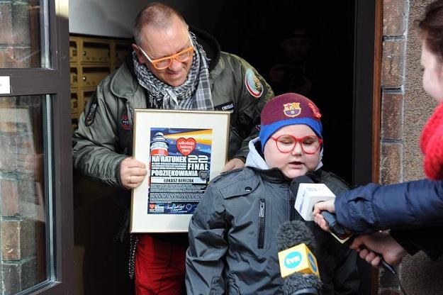Jurek Owsiak wraz z 10-letnim Łukaszem/fot. Marcin Bielecki /PAP