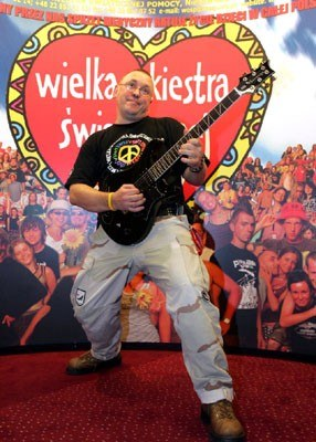 Jurek Owsiak z gitarą Carlosa Santany - fot. Michał Rozbicki /Agencja SE/East News