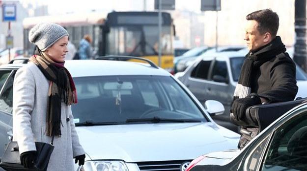 Jurek poinformuje Alę, że pracownicy podejrzewają ją o romans z szefem. /www.mjakmilosc.tvp.pl/