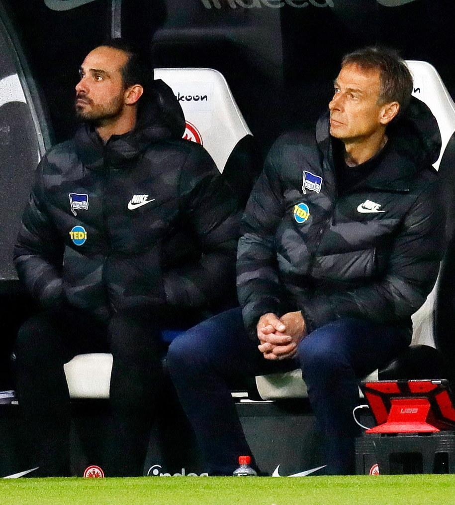 Jürgen Klinsmann (po prawej) i Alexander Nouri w trakcie ligowego meczu Herthy Berlin z Eintrachtem Frankfurt, 6 grudnia 2019 /RONALD WITTEK /PAP/EPA