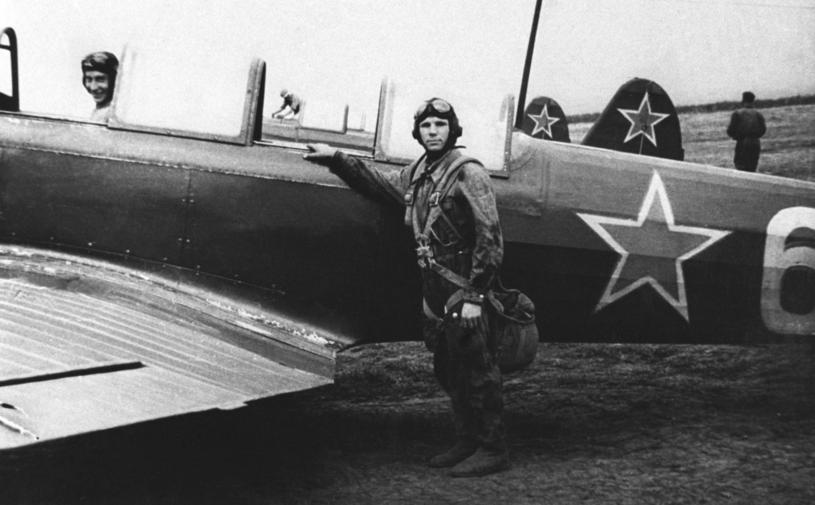 Jurij Gagarin przy samolocie szkolnym Jak-18 w 1955 roku /East News