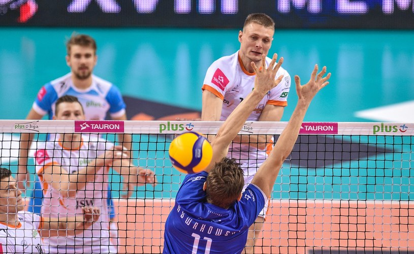 Jurij Gladyr (atakuje) i Piotr Nowakowski stoczyli w czasie meczu Jastrzębskiego Węgla z Vervą wiele pojedynków nad siatką /Rafal Rusek / PressFocus /Newspix