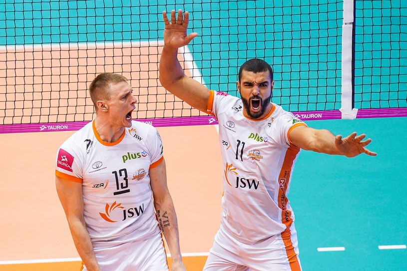 Jurij Gladyr (z lewej) i Mohamed Al Hachdadi świętują zwycięstwo Jastrzębskiego Węgla /BORYS GOGULSKI / CYFRASPORT / NEWSPIX.PL /Newspix