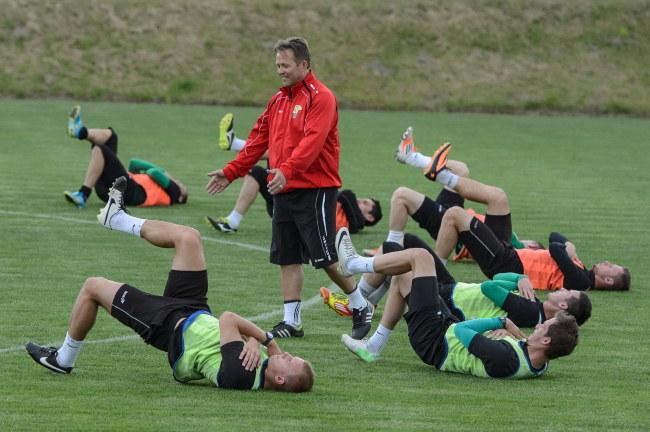 Jurij Szatałow (stoi) w otoczeniu swoich ćwiczących piłkarzy /Wojciech Pacewicz /PAP
