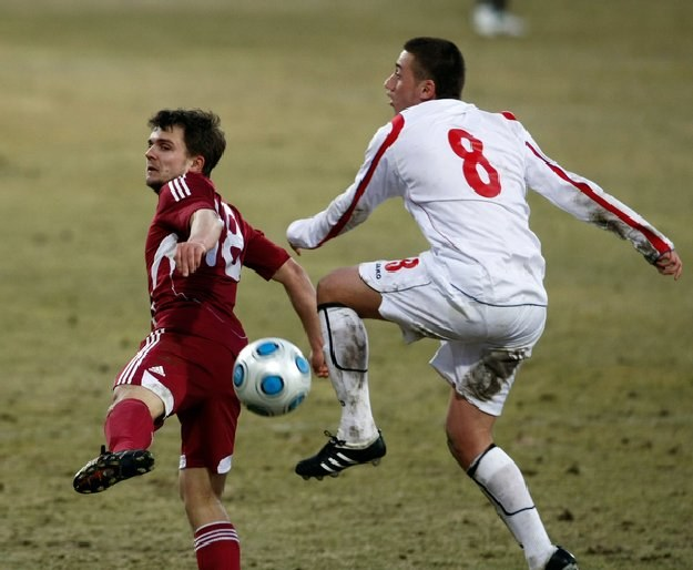 Jurijs Żigajevs (z lewej) podczas meczu Łotwa - Luksemburg w Rydze. /AFP