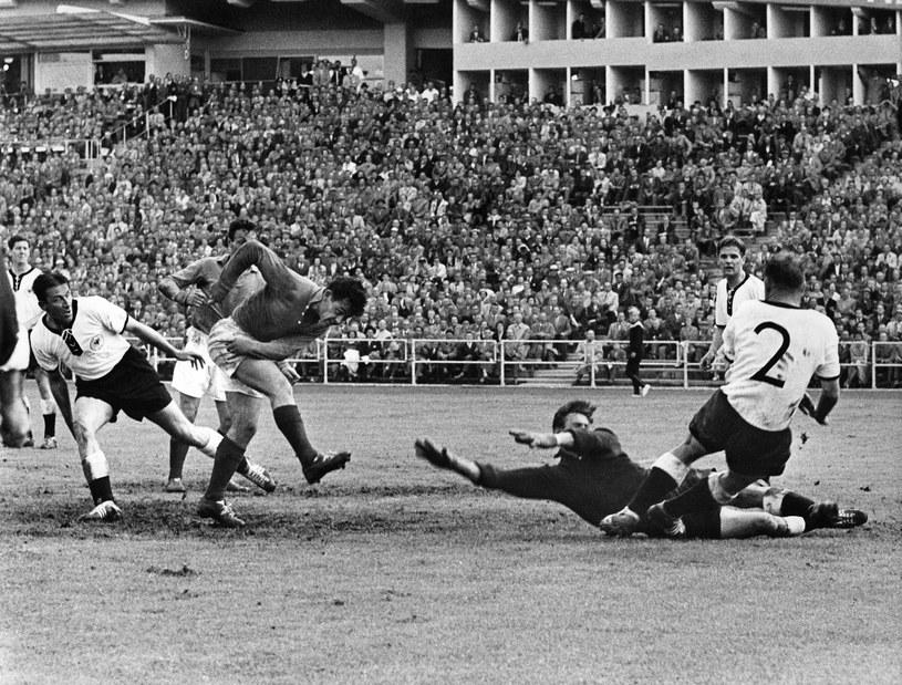 Just Fontaine strzela gola w meczu z RFN o 3. miejsce /AFP