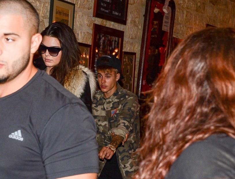 Justin Bieber i Kendal Jenner wychodzą ze wspólnej kolacji /Abaca /East News