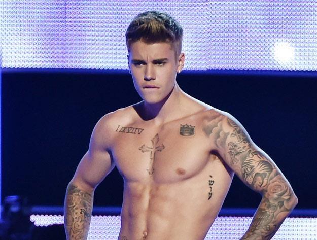 Justin Bieber ma tyle pieniędzy, że może sobie wreszcie kupić koszulkę (fot. Theo Wargo) /Getty Images