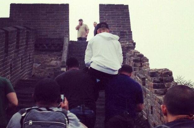Justin Bieber na barkach ochroniarzy. Potrzebna mu lektyka? /
