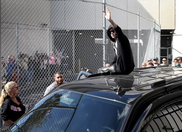 Justin Bieber pozdrawia swoich fanów po wyjściu z aresztu - fot. Joe Raedle /Getty Images/Flash Press Media