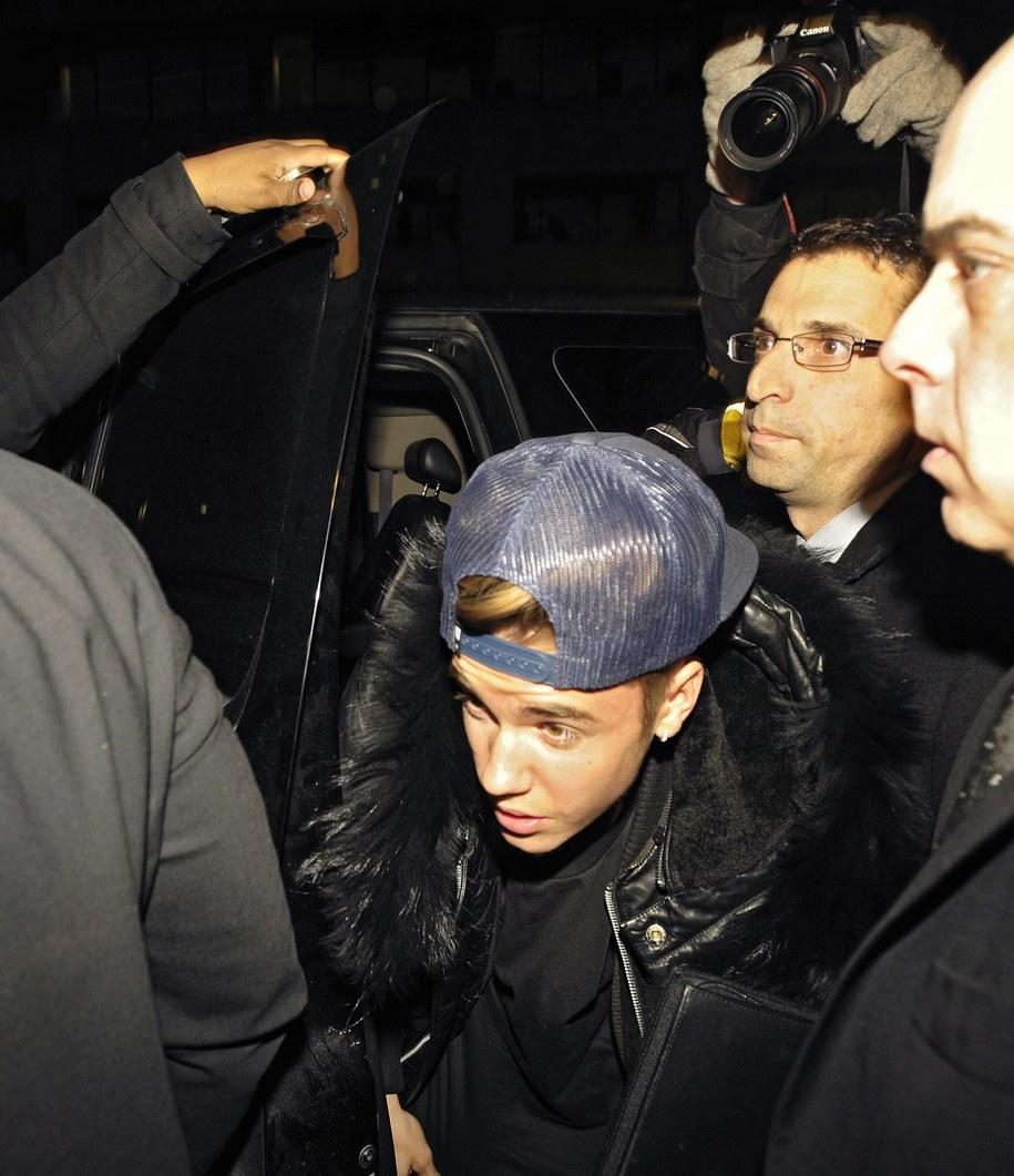 Justin Bieber wychodzi z posterunku policji w Toronto /WARREN TODA /PAP/EPA