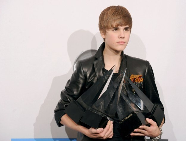 Justin Bieber ze statuetkami AMA fot. Jason Merritt /Getty Images/Flash Press Media