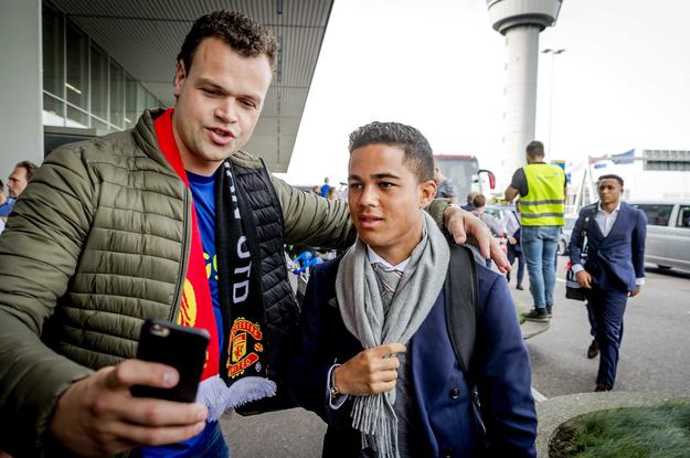 Justin Kluivert pozuje do selfie ze swoim młodym fanem / REMKO DE WAAL    /PAP/EPA