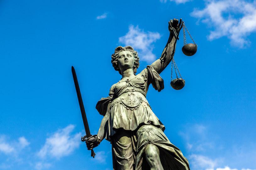 Justitia - rzeźby na placu Roemerberg we Frankfurcie /123RF/PICSEL