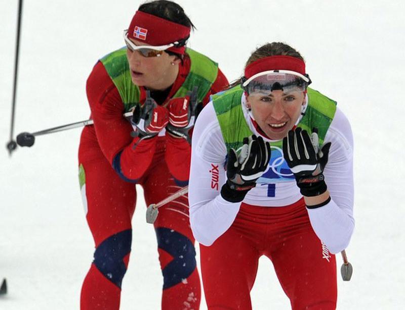 Justyna Kowalczyk a za nią Marit Bjoergen podczas biegu na 30 km na igrzyskach w Vancouver /AFP