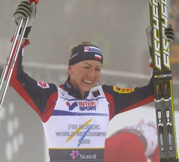 Justyna Kowalczyk cieszy się ze srebrnego medalu mistrzostw świata w Oslo /AFP