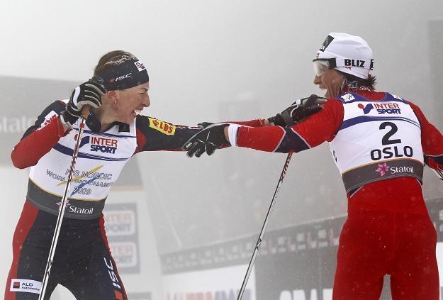 Justyna Kowalczyk gratuluje Marit Bjoergen /AFP