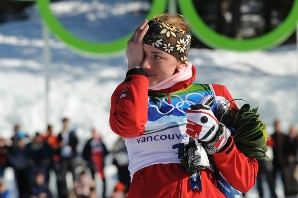 Justyna Kowalczyk i jej łzy szczęścia na podium biegu na 15 km. /AFP