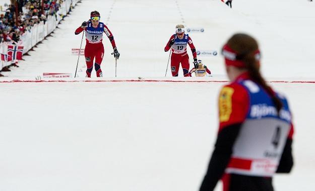 Justyna Kowalczyk już na mecie i patrzy jak finiszują jej rywalki. /AFP