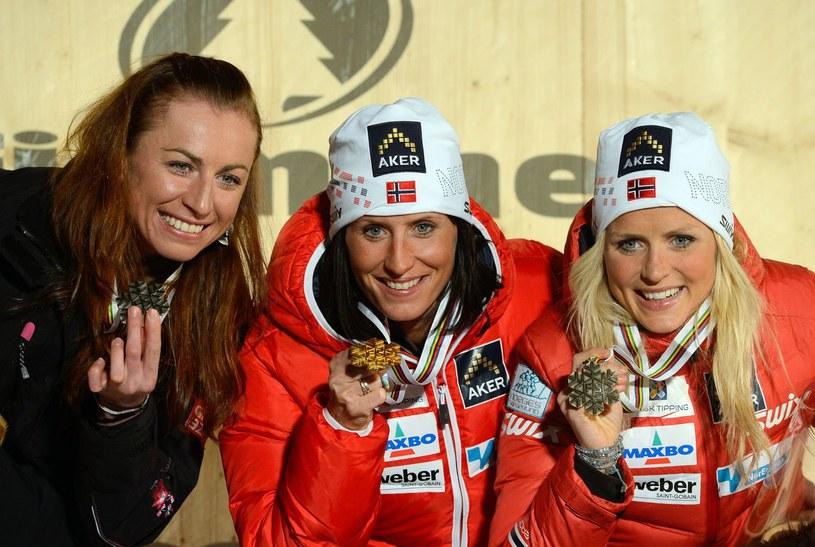 Justyna Kowalczyk, Marit Bjoergen i Therese Johaug z medalami mistrzostw świata /AFP