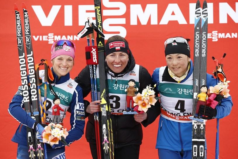Justyna Kowalczyk na najwyższym stopniu podium. Z lewej Elisabeth Stephen, z prawej Masako Ishida. /PAP/EPA