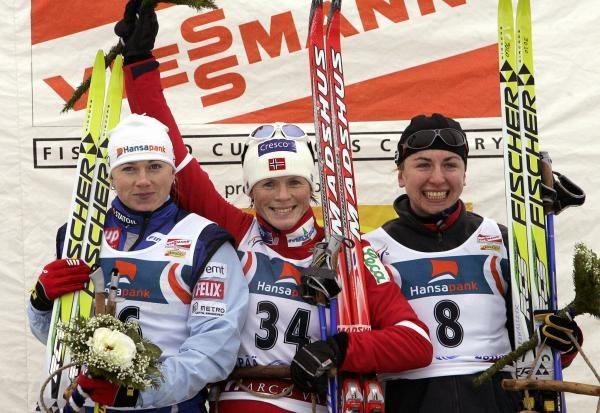 Justyna Kowalczyk na podium w estońskim Otepaa /AFP
