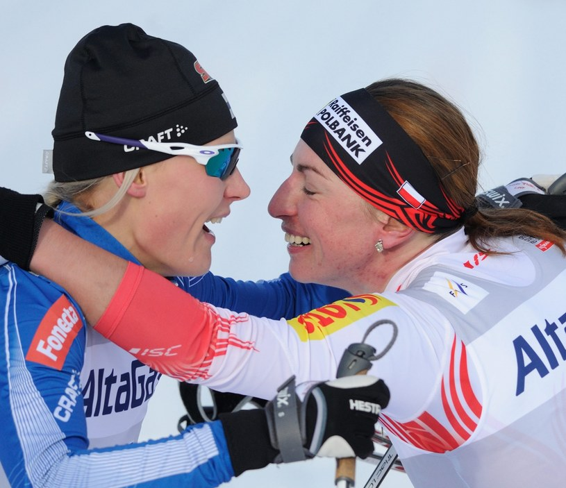 Justyna Kowalczyk odbiera gratulacje od Finki Anne Kyllonen /PAP/EPA