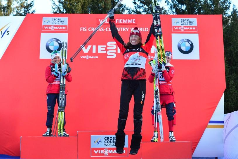 Justyna Kowalczyk po wygranej w Tour de Ski, w tle dwie Norweżki /AFP