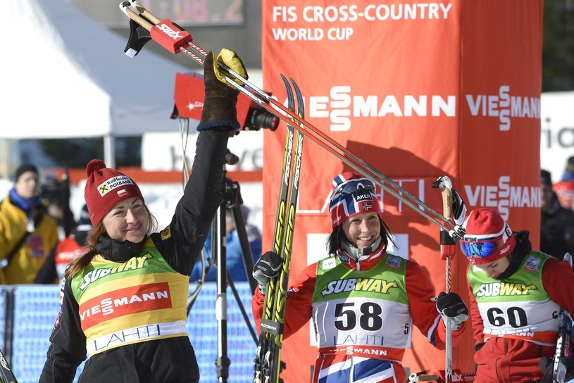 Justyna Kowalczyk potrafi wygrywać z koalicją Norweżek, choć naszego narciarstwa biegowego nie da się porównać z norweskim /AFP