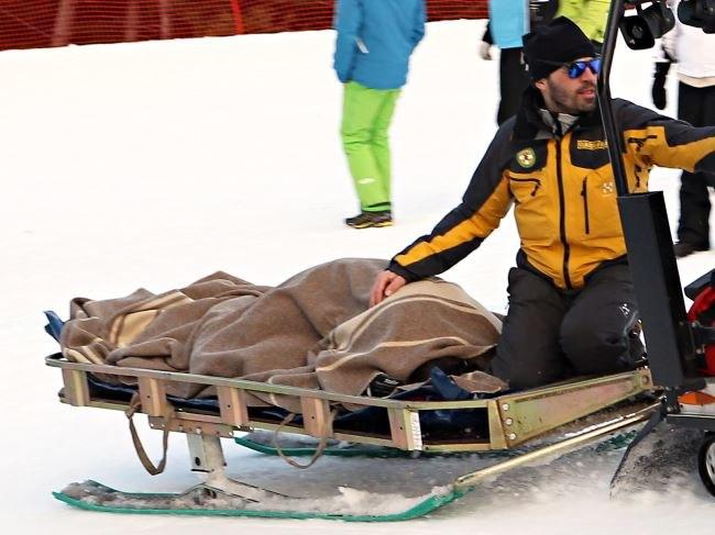 Justyna Kowalczyk (przykryta kocem) zabierana z trasy przez ratowników /Grzegorz Momot (PAP) /PAP
