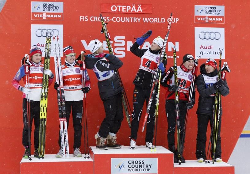 Justyna Kowalczyk, razem z Sylwią Jaśkowiec (pierwsze z prawej), była na podium Pucharu Świata w tym sezonie tylko raz (trzecie miejsce) - po sprincie drużynowym w Otepaeae /AFP