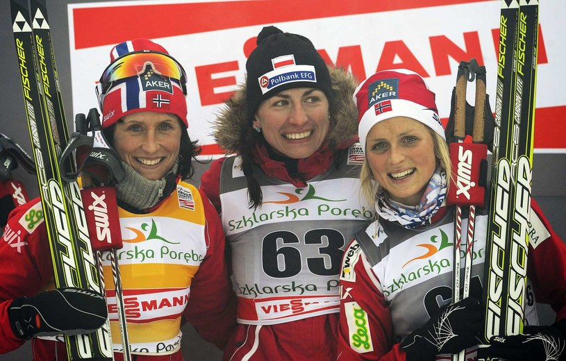 Justyna Kowalczyk (w środku) i jej największe rywalki - Marit Bjoergen (z lewej) i Therese Johaug /AFP