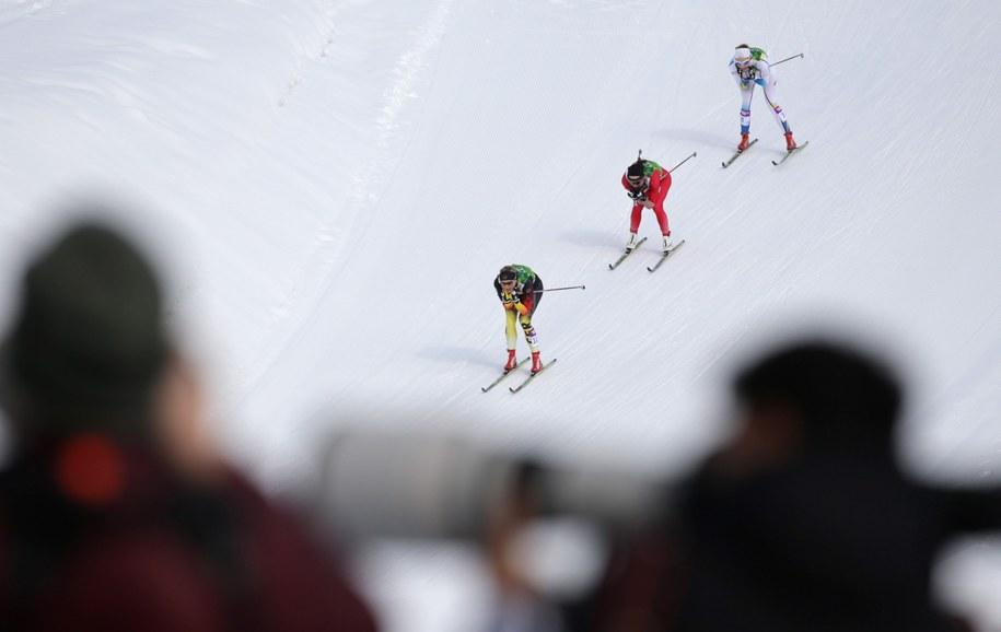 Justyna Kowalczyk (w środku) w czasie drużynowego sprintu /Kay Nietfeld  /PAP/EPA