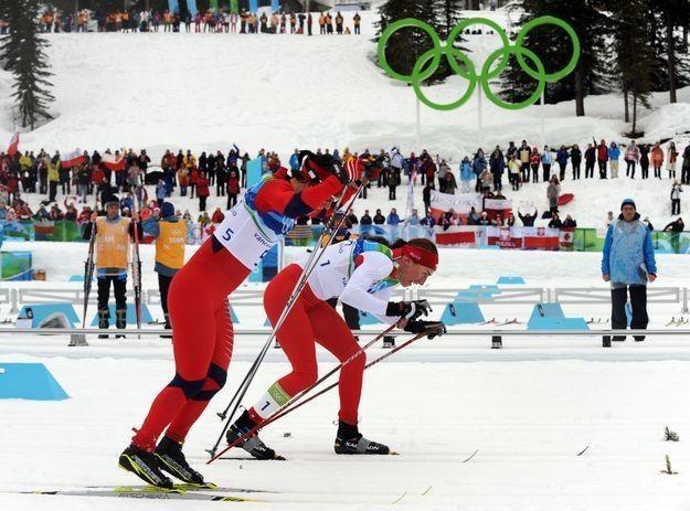 Justyna Kowalczyk wygrywa walkę na finiszu z Marit Bjoergen i zdobywa złoty medal olimpijski /AFP