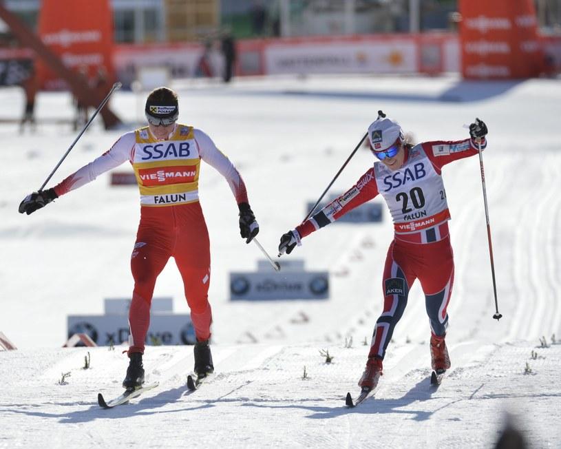 Justyna Kowalczyk (z lewej) i Heidi Weng walczą o 3. miejsce w biegu na 10 km techniką klasyczną w Falun /AFP