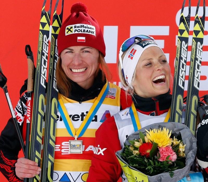 Justyna Kowalczyk (z lewej) i Therese Johaug /AFP