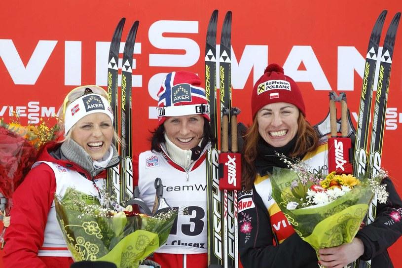 Justyna Kowalczyk (z prawej), obok Marit Bjoergen, a z lewej Therese Johaug. Norweżki będą bardzo groźne w Soczi /AFP
