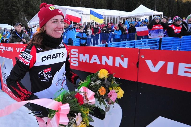 Justyna Kowalczyk z uśmiechem i kwiatami. Wierzymy, że taką ją ujrzymy podczas MŚ. /AFP