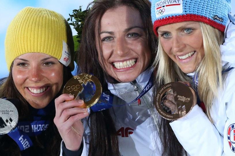 Justyna Kowalczyk ze złotym medalem olimpijskim, z lewej Charlotte Kalla, z prawej Therese Johaug /AFP